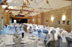 JOLI JOUR - Location housses de chaise extensibles blanches guirlandes et voilages blancs mariage