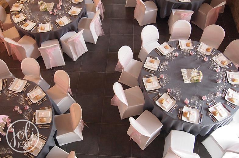 Location housses de chaise lycra blanches et nappes rondes grises